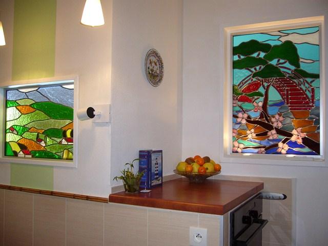 vitraux figuratifs dans une cloison entre la cuisine et le salon vitraux d 39 art vanessa dazelle. Black Bedroom Furniture Sets. Home Design Ideas