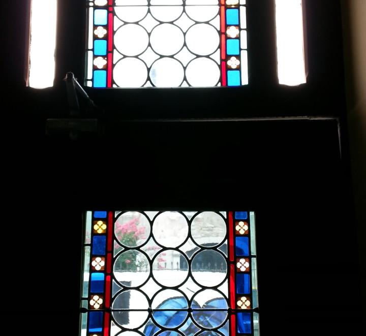 Restauration des vitraux d une porte d entr e vitraux d for Fenetre plexiglass