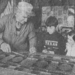 Erwin et Vanessa Dazelle observant leur grand père André Strauss