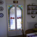 Restauration et pose dans une porte de cuisine des vitraux anciens