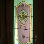 Adaptation d'un vitrail en incrustant des pièces anciennes dans un vitrail neuf