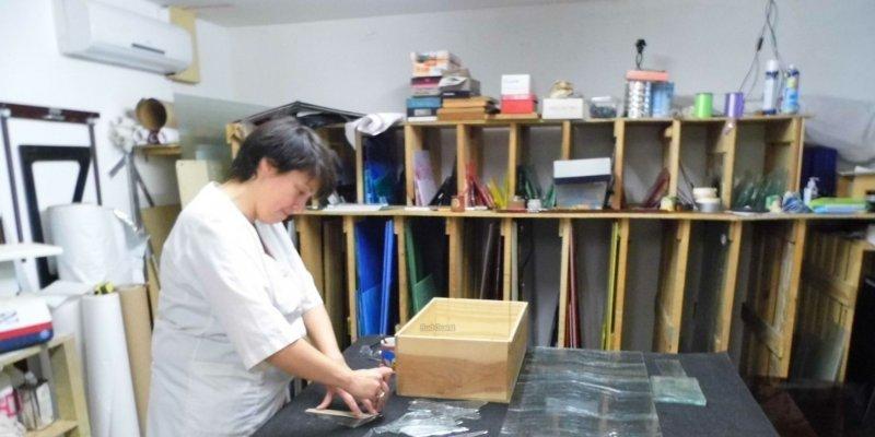 Vanessa Dazelle à l'œuvre : un dessin grandeur nature puis un gabarit de papier kraft précèdent le découpage du verre, la peinture et les émaux, la mise en plomb, l'assemblage. © Photo Photo Jean Weber